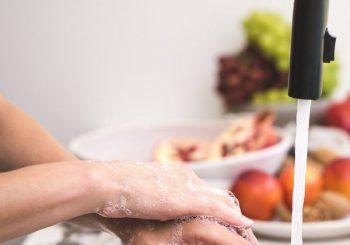 Handen wassen om besmetting te voorkomen